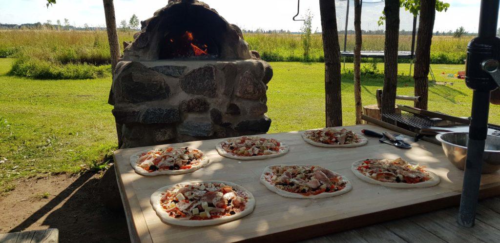 Pizza ahi ja pizzad laual